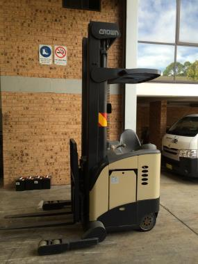 Crown RR5000 STAND UP REACH LIFT TRUCK